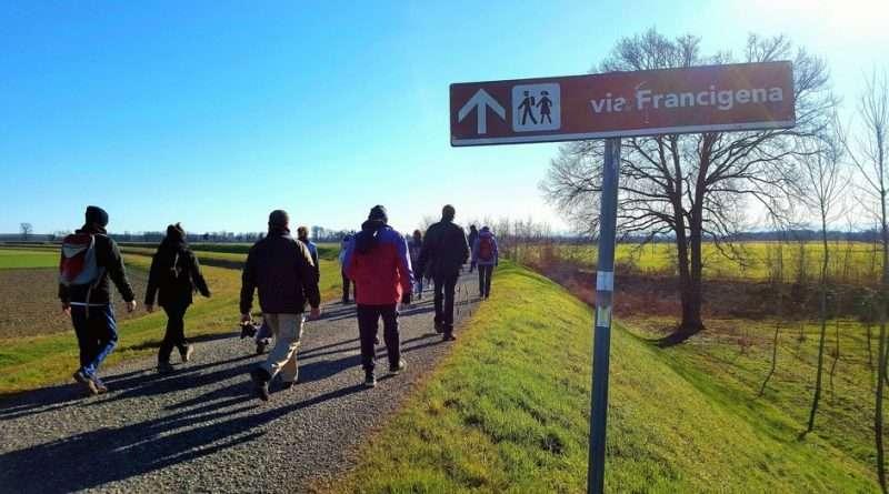 Persone in cammino lungo l'argine del Po Via Francigena