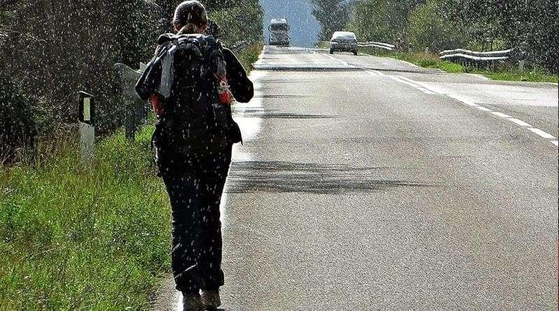 camminare sulla carreggiata
